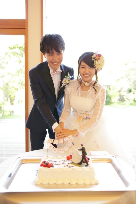 オーダータキシードで挙式するカップル