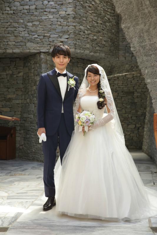オーダータキシードを着て結婚式を挙げたカップル