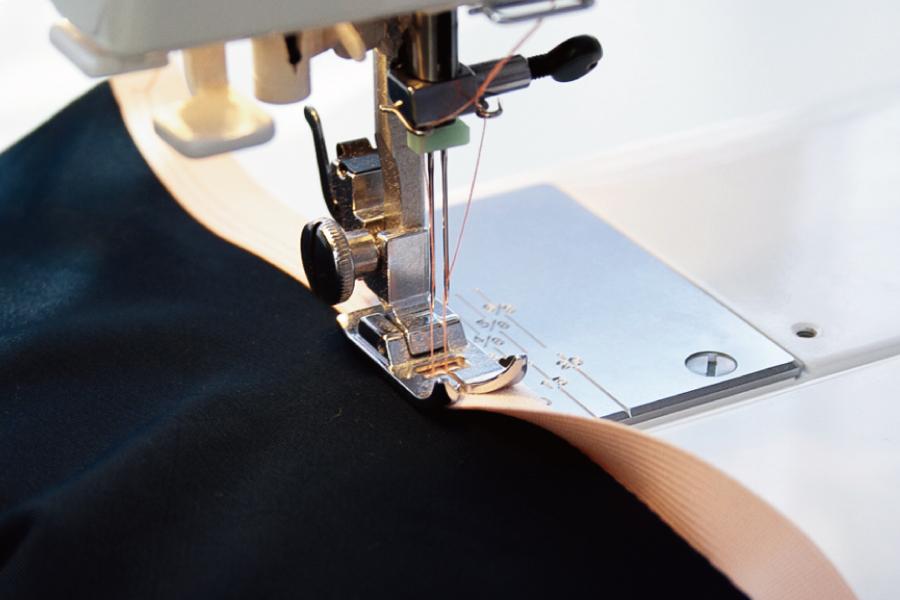 スーツ工場でタキシードを縫製する写真